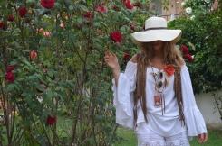 Camisola de Lena Kroll con mangas de campana , simple y original.Chaleco en ante con flecos y pantalón de puntilla de H&M.