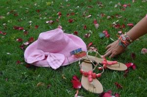 Sandalias de MariPaz, pulseras redondas de Binba y Lola, pulsera de Hipanema, pamela rosa.